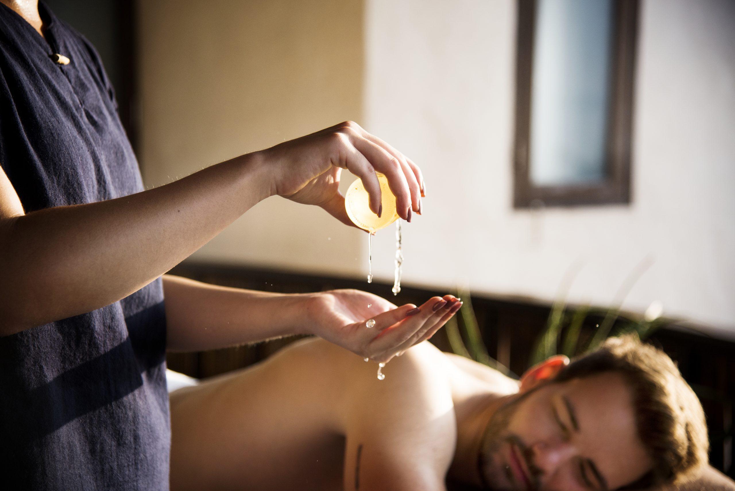 medová masáž, muž